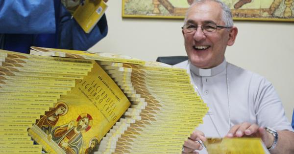 Livro Sacerdotes Seguindo Cristo